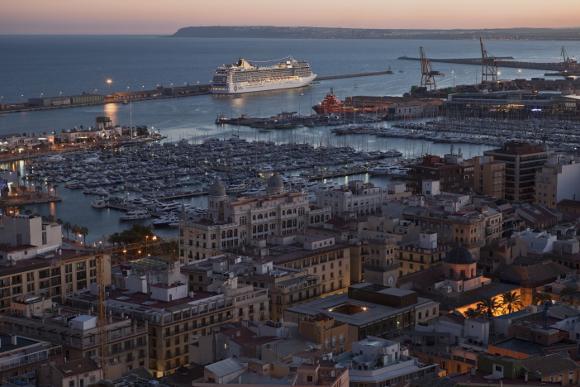 Vista del Puerto de Alicante desde el Castillo de Santa Bárbara