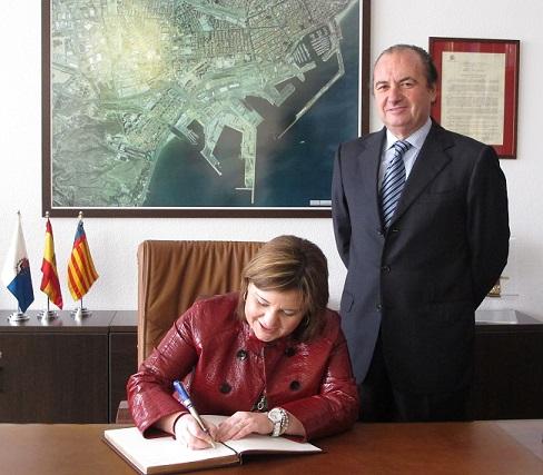 Bonig firmando en el libro de honor del puerto