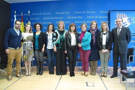 Ripoll junto a los miembros de la comisión de igualdad y las participantes