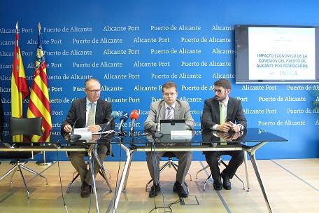 El director del puerto, Juan Ferrer, y miembros del equipo redactor