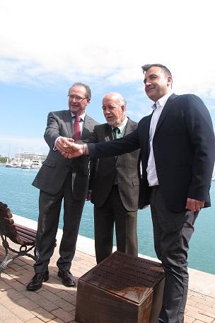Ferrer, Valor y Seva destapando la placa conmemorativa