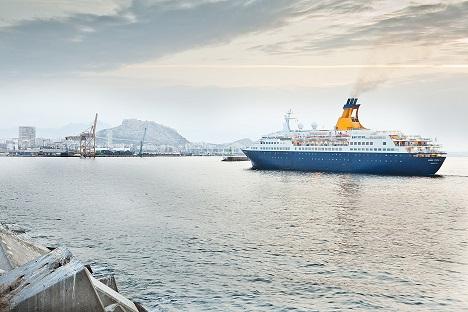 Crucero entrando en el puerto de Alicante