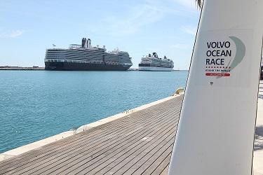 otra vista de los cruceros en el puerto