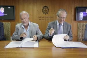 Valor y Ferrer firmando el acuerdo