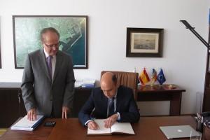 Ferrer y Echávarri en su despacho
