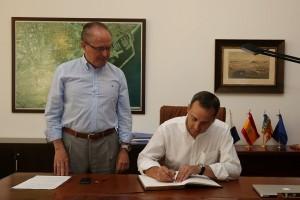 Sánchez firmando en el libro de honor del puerto