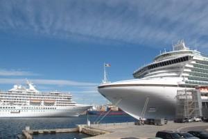 El crucero Artenia entrando en puerto junto al Ventura
