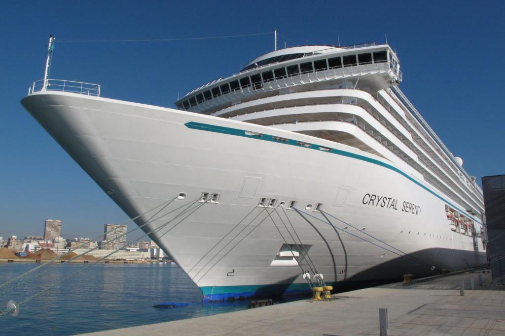 El Crystal Serenity junto a la terminal de cruceros del puerto de Alicante