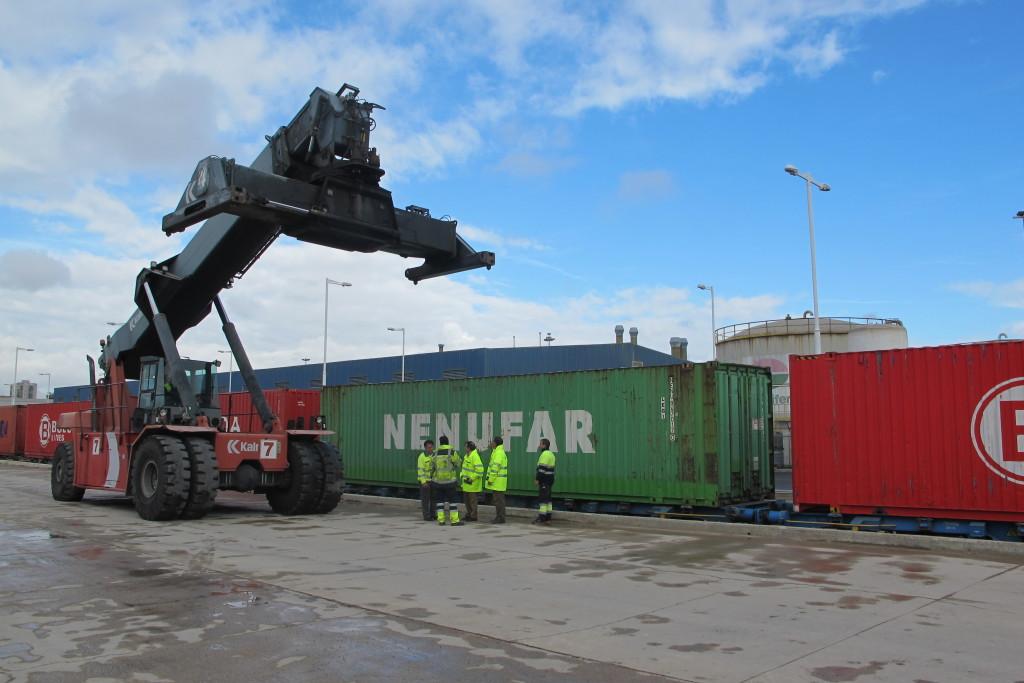 Primera operativa de descarga de contenedores