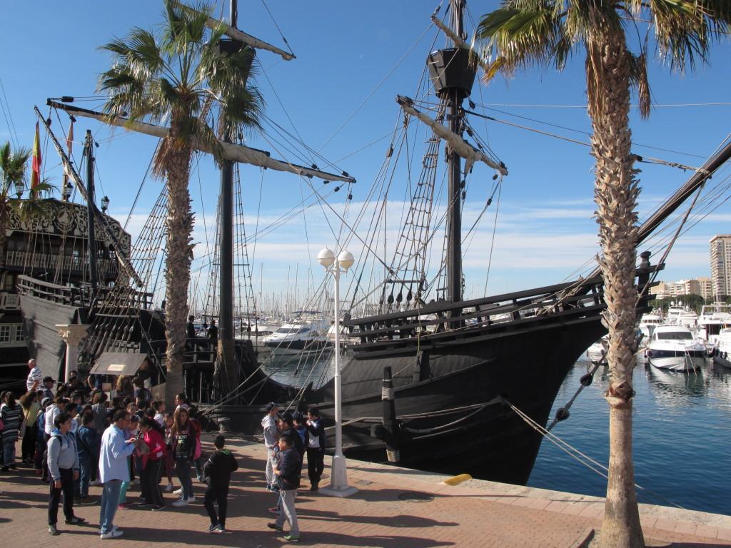 Primeros visitantes a la embarcación