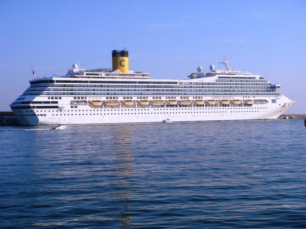El Costa Mágica en el puerto de Alicante